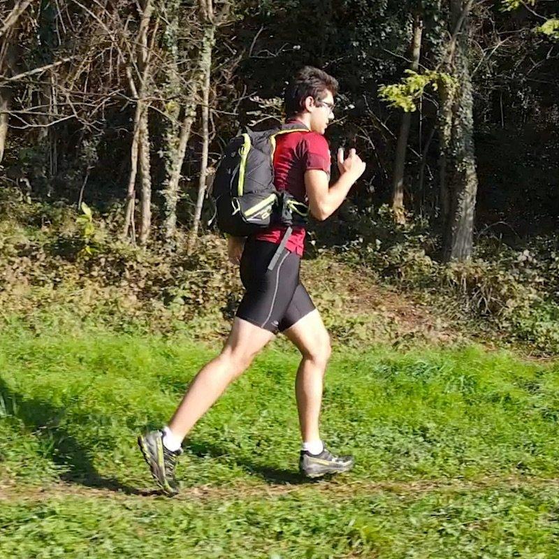 correndo con lo zaino Farrino X-Track 20 litri