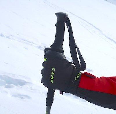 Il guanto impugnato con i bastoncini da sci