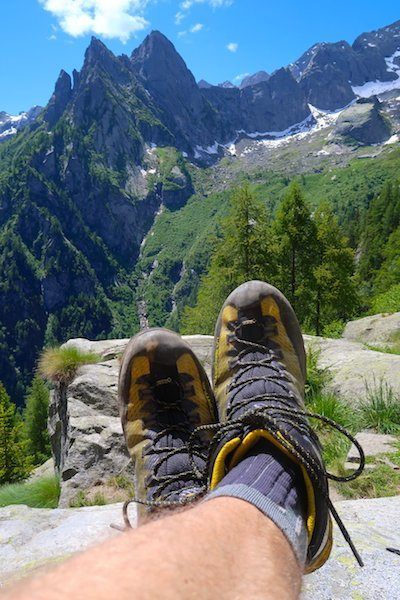 Gli scarponi salendo in Val Masino