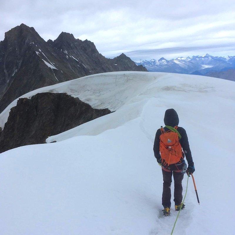 La piccozza Petzl Summit Evo su ghiacciaio