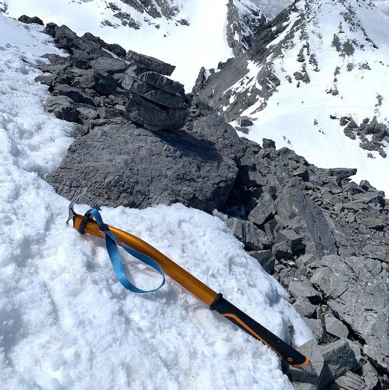 Ottima penetrazione della becca della piccozza sulla neve
