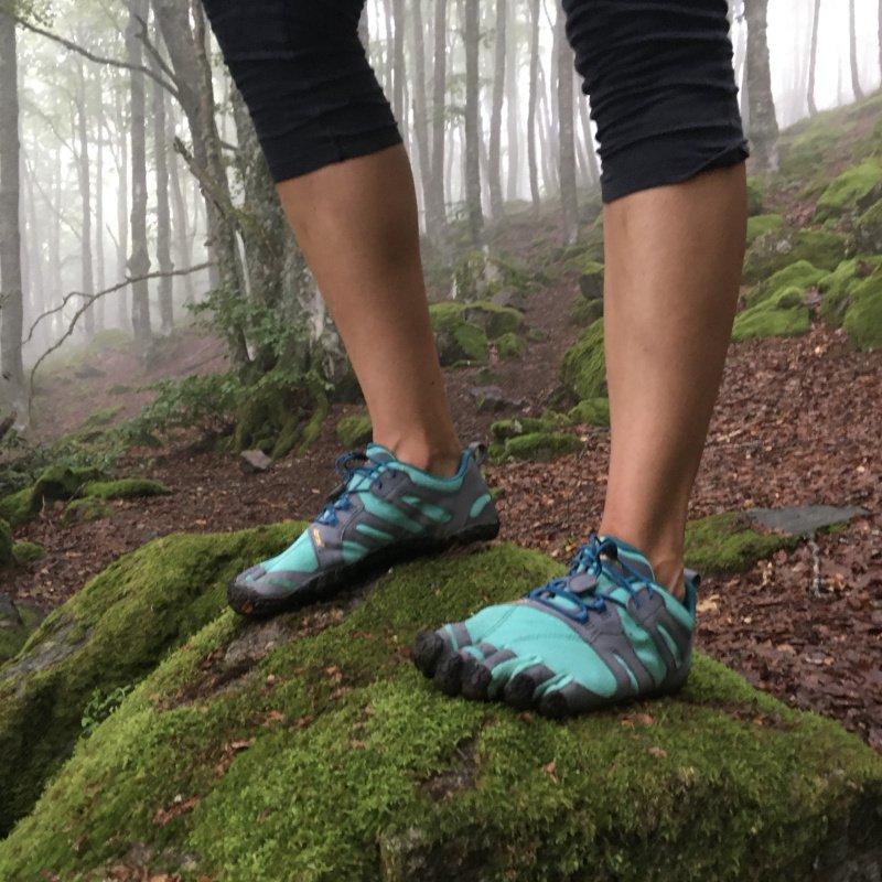 La scarpa minimalista FiveFingers V-Trail in azione