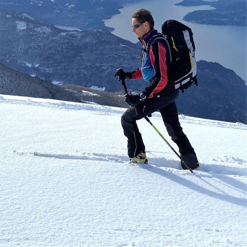 Ferrino Vincent pants in azione sulla neve