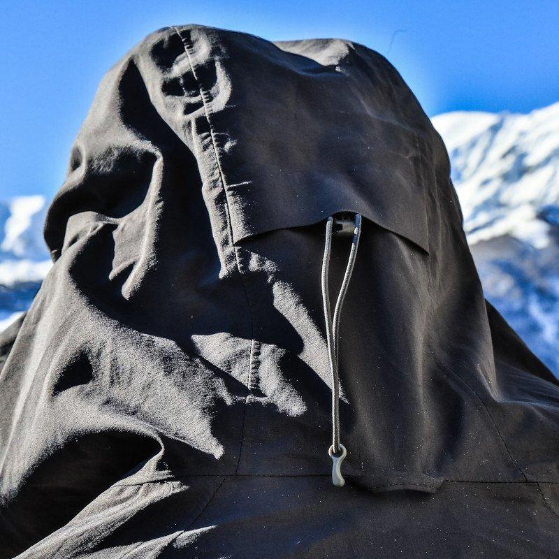 il cappuccio del guscio da alpinismo