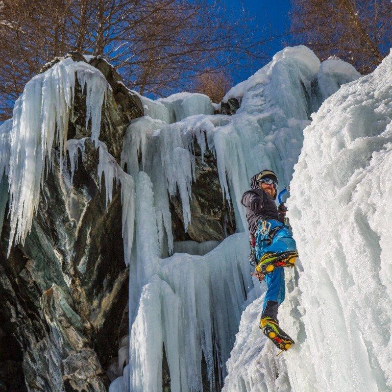 giacca outdoor in azione su cascata di ghiaccio