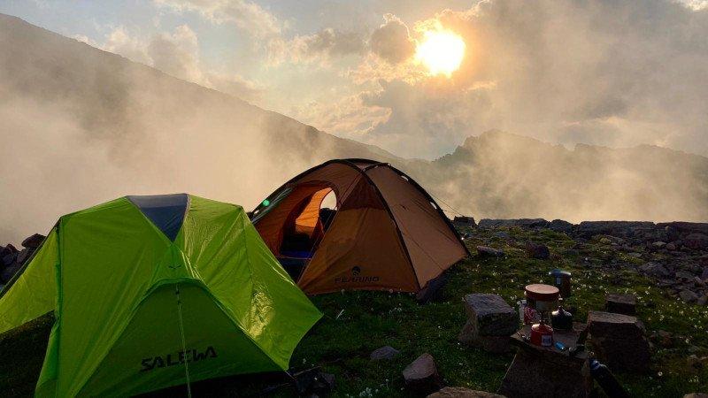 l'ancoraggio della tenda su terreno di montagna