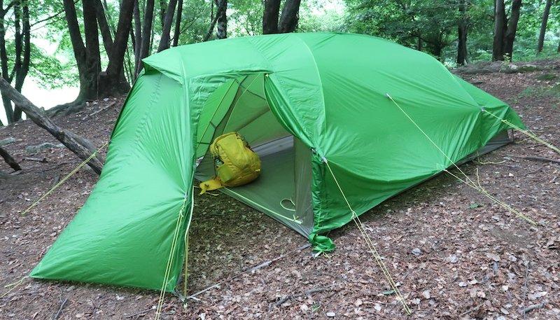 tenda con abside e spazio zaini
