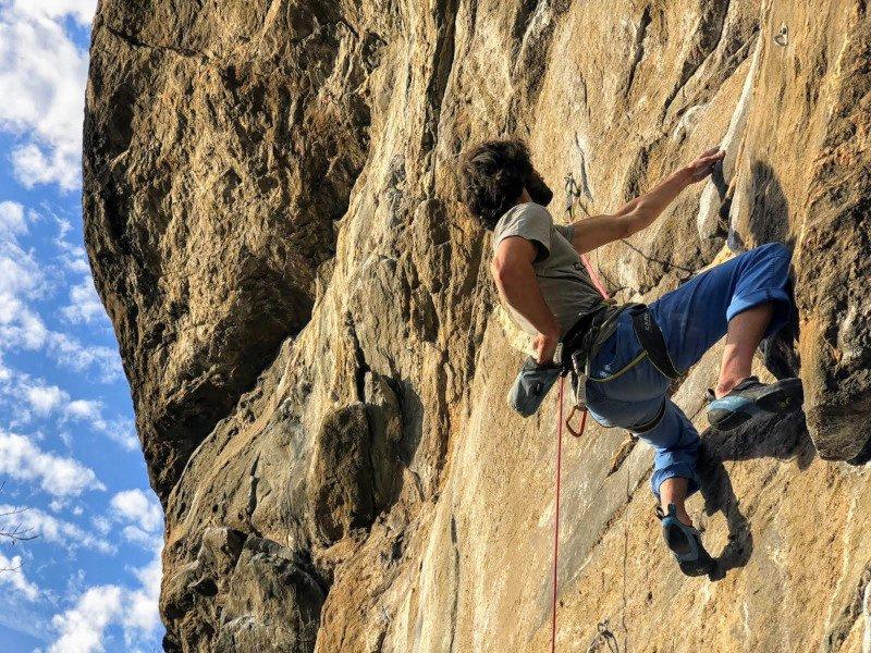 scalare in falesia con le scarpette da arrampicata