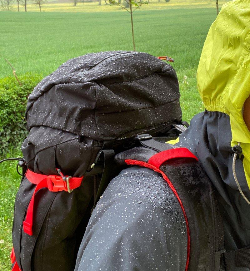 zaini impermeabile sotto la pioggia