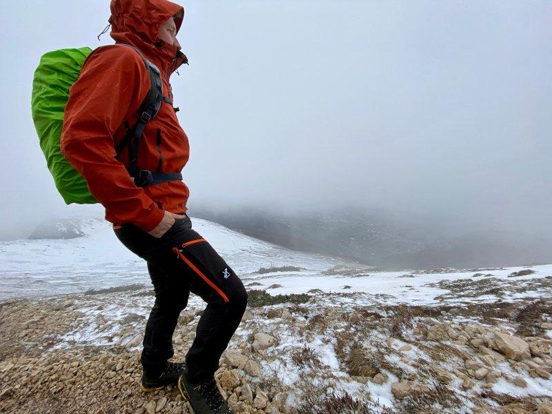 i pantaloni utilizzati durante una escursione di trekking invernale