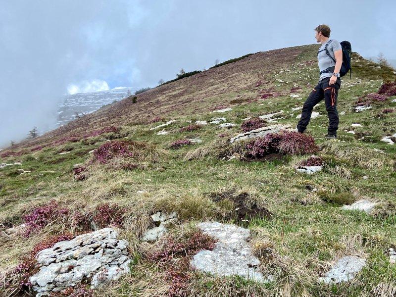 i pantaloni revolution race utilizzati durante un trekking